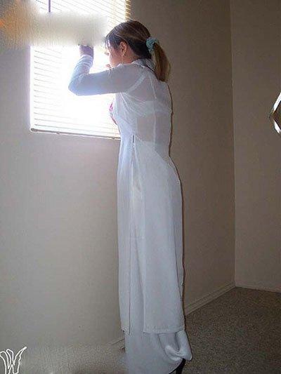 Nữ sinh với áo dài mỏng nhìn rõ đồ lót 13