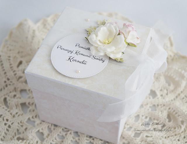 Z różańcem i białą szatą