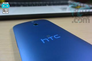 HTC One E8 - aksen biru neon pada logo HTC, dan logo NFC