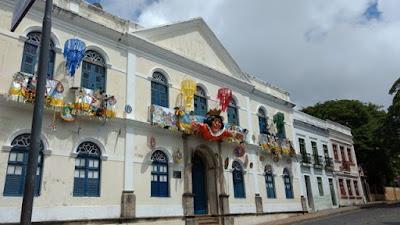 Fotografia oolorida do edifício onde funciona a prefeitura de Olinda, decorado para o Carnaval 2017.
