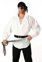 Siyah bandanalı ve göz bantlı olan kılıç çekmiş bir korsan