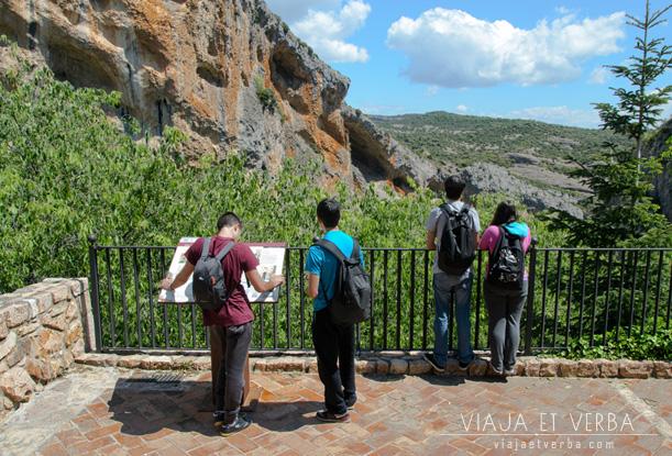 Excursionistas en el mirador de Alquezar