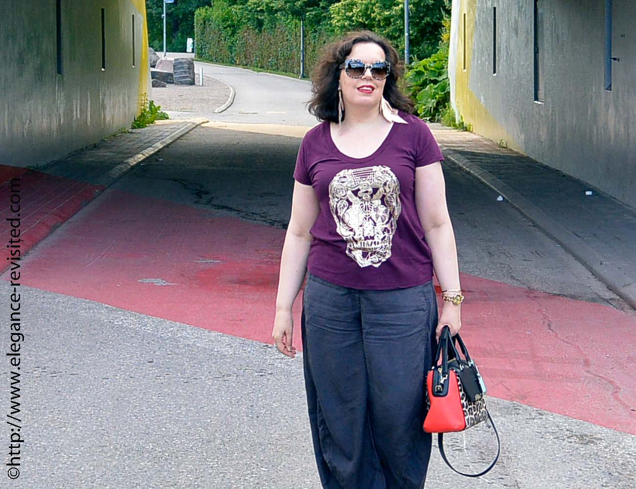 how to wear a graphic t-shirt over 40
