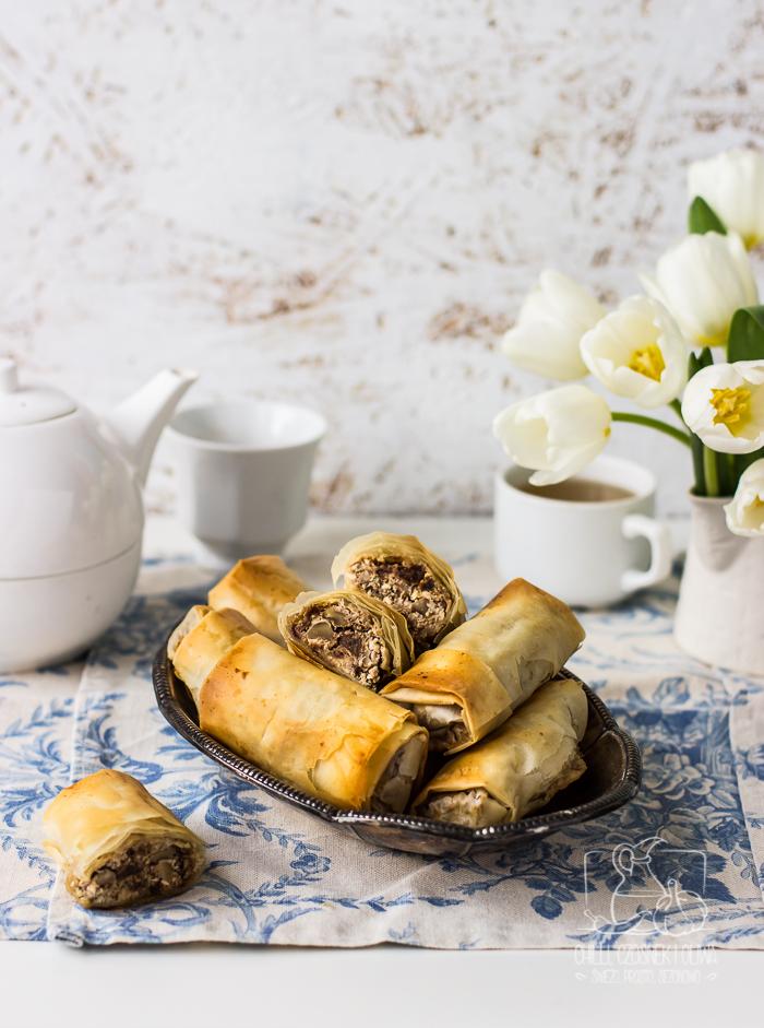 Roladki z ciasta filo z serem kozim, orzechami i suszonymi owocami
