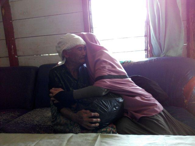 Seorang nenek-nenek tak mampu menahan haru saat menerima bantuan sembako.