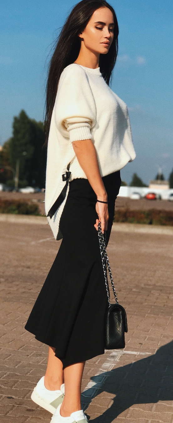 elegant fall outfit inspiration / sweater + skirt + bag + sneakers