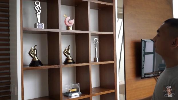 rak khusus penghargaan di rumah Raditya Dika