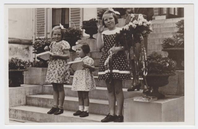 Beatrix i jej siostry biorą udział w kweście