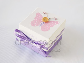 μπομπονιέρες κουτάκια ροζ μωβ με πεταλούδες και κουμπάκια με το όνομα το παιδού