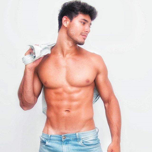 O belo modelo Ramon Ceccarelli, meu querido xará, mora em Fortaleza, tem o título de Mister eco Ceará 2016 e mantém seu corpo por meio dos seus treinos diários e dieta! Quem quiser pode acompanhá-lo pelo instagram e também pelo SnapChat.   Instagram: @ramon.ceccarelli  SnapChat: ramon1493