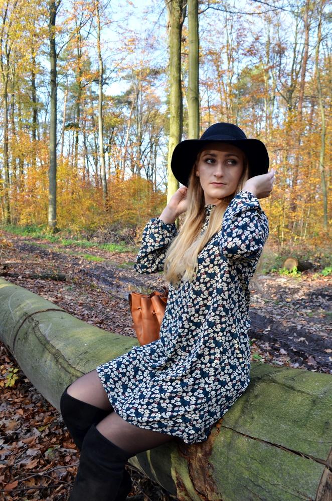 Jesienna stylizacja: sukienka w kwiaty, kapelusz i kozaki