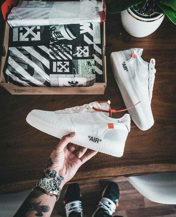 3d3d8267732 Uma das mais recentes colaborações pra esse modelo de sneaker  Nike Air  Force 1 x Off White (Virgil Abloh).