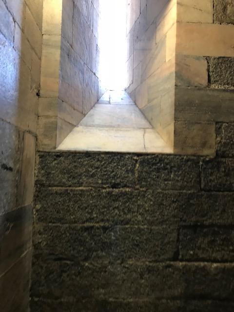 イタリア・ミラノのドゥオーモを階段で上がる途中にある窓