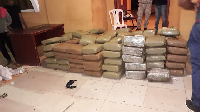 La Armada Dominicana decomisó la madrugada de este sábado, la cantidad de mil 422 libras de marihuana que cuatro individuos trataron de introducir al país desde Haití, a bordo de una embarcación detectada en la zona conocida como Cabo Pequeño, próximo a la Isla Beata.
