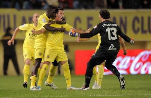 Hernán Pérez celebrates with Villarreal team-mates after scoring the winner against Málaga