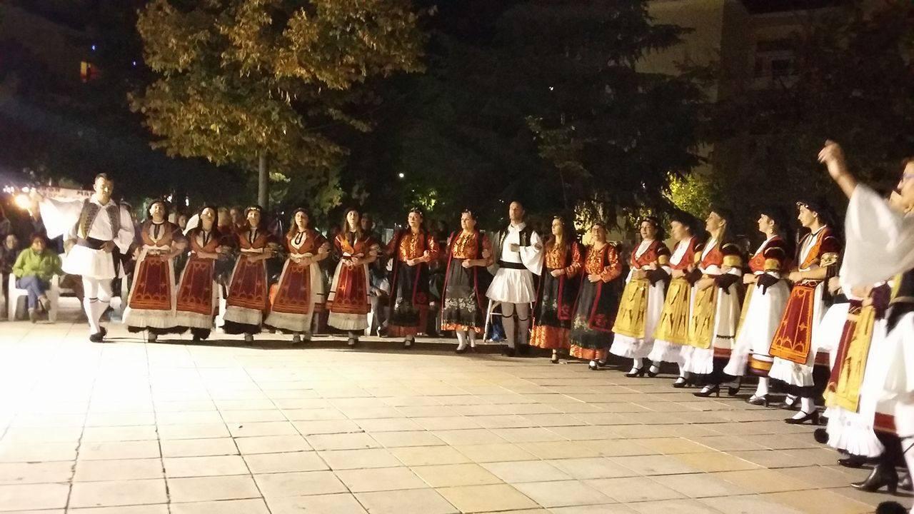 Μουσικές και χοροί στον αύλειο χώρο του Αγίου Κωνσταντίνου στη Λάρισα