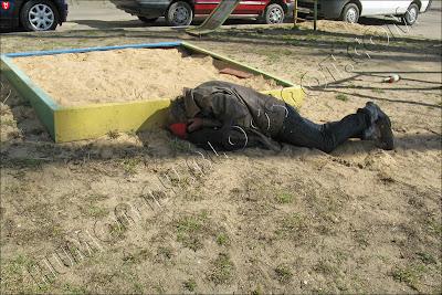 Минск. Туловище спит в детской песочнице