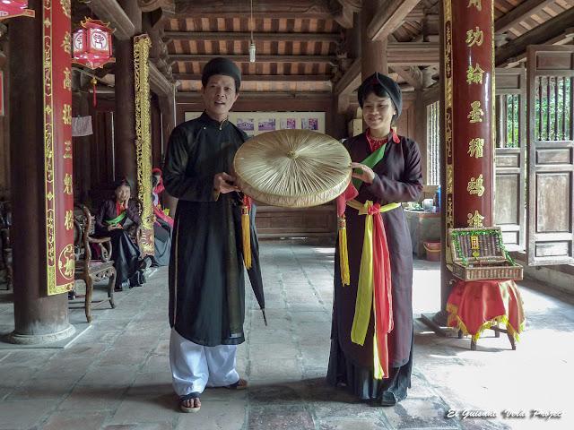 Pareja de cantantes de Quan Ho en el templo Đô - Vietnam por El Guisante Verde Project