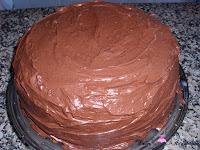 Cubriendo la tarta con cobertura de chocolate