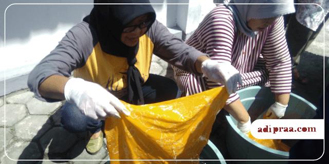 Ibu-ibu PKK RT. 08 mencelup warna batik dengan napthol | adipraa.com