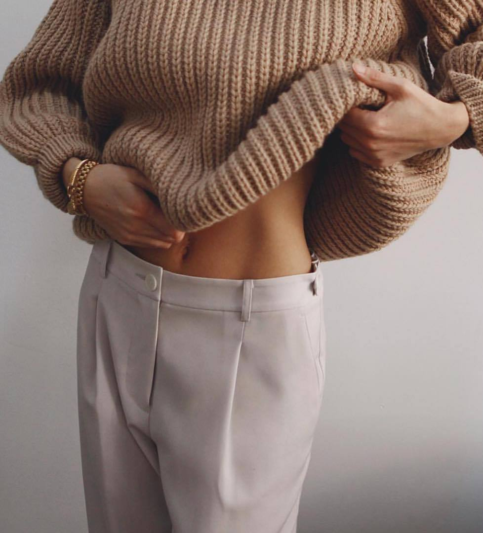 simple outfit idea to copy this winter_knit oversized sweater and white pants