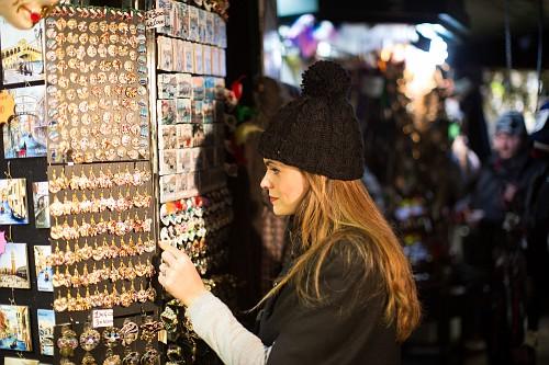 Turistas fazendo compras em Veneza