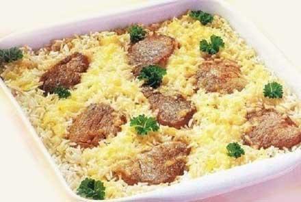 свинина - 500 гр; рис – 250 г; чеснок – 1 зубчик; лук репчатый – 1 шт.; сыр тёртый - 100 гр; масло растительное – 1 ст. л.; перец черный молотый - по вкусу; соль - по вкусу;