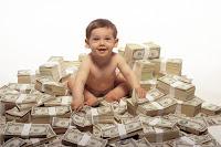 Kendisine miras kalmış servet ve paralar üzerinde oturan mirasyedi bebek
