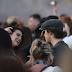 Brooklyn Beckham conversa com Dua Lipa e outras garotas no British Summertime Festival no Hyde Park em Londres, Inglaterra – 02/07/2017