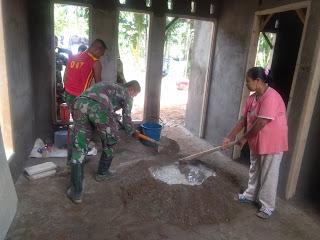 semangatnya Emi seorang Ibu membantu aduk Pasir campur semen