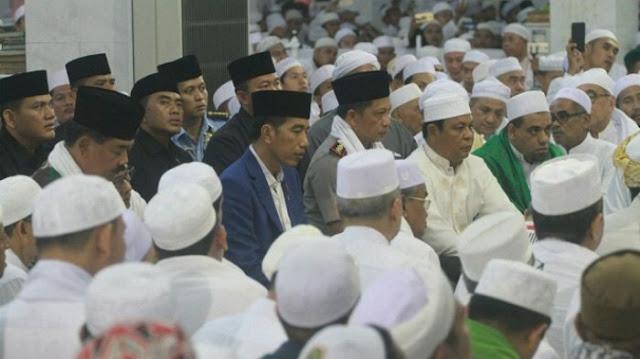 Jokowi Terus Tundukkan Kepala saat Salami Para Ulama di Haul Guru Sekumpul