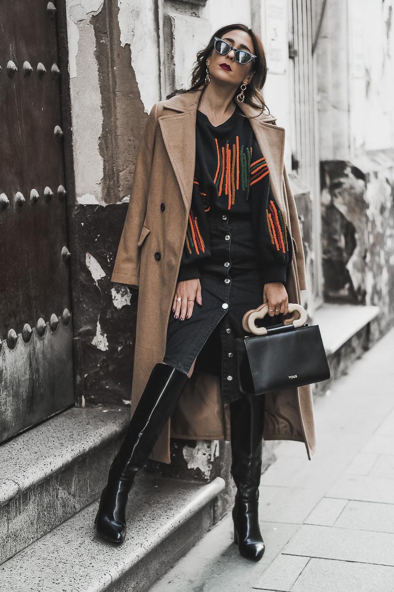 denim mini skirt - como combinar un abrigo camel
