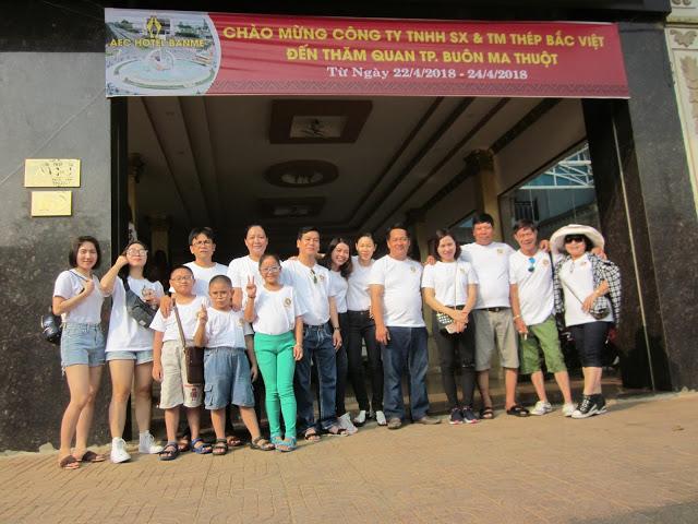 CB-CNV chụp hình tại cổng chính của khách sạn AEC Hotel Banme