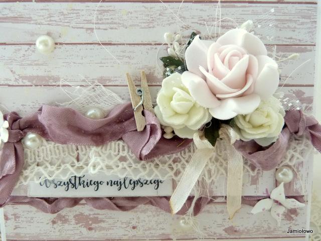 dodatki shabby chic na kartce -róże, perły, wstążki, koronki itp.