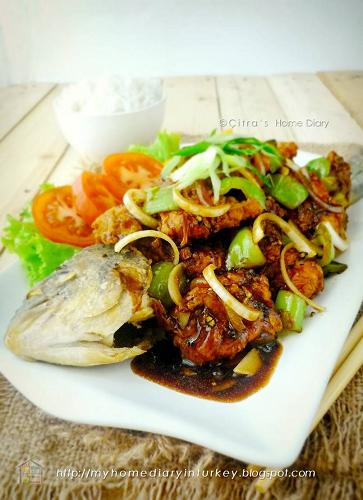 Ikan means Fish in Indonesian. Saus Lada hitam means black pepper sauce. The strong of lightly crushed black pepper corn mix with oyster sauce and ginger-garlic spices is a fusion of Indonesian flavor with chinese influence. The sauce mixture in this dish make it so special and really gets along with fish or any seafood you cook with this sauce. Eg, crab, calamari, lobster or prawn. #fish #seafood #indonesianfood #maindish #stirfry #asianstreetfood #sausladahitam #blackpeppersauce