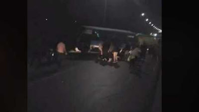 الركاب تحولوا لأشلاء.. مصدر يكشف تفاصيل حادثة الطريق الدائري المروعة بعد ارتفاع الضحايا لـ21 شخص بينهم 5 قتلى.. واللقطات الأولى من المكان