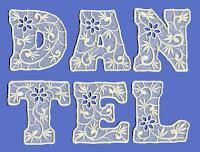 Üzerinde çiçek motifleri olan dantelli harflerden oluşan dantel sözcüğü