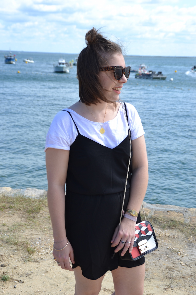 combinaison short noir Stradivarius, t-shirt blanc, sac furla Metropolis, lunette aliexpress