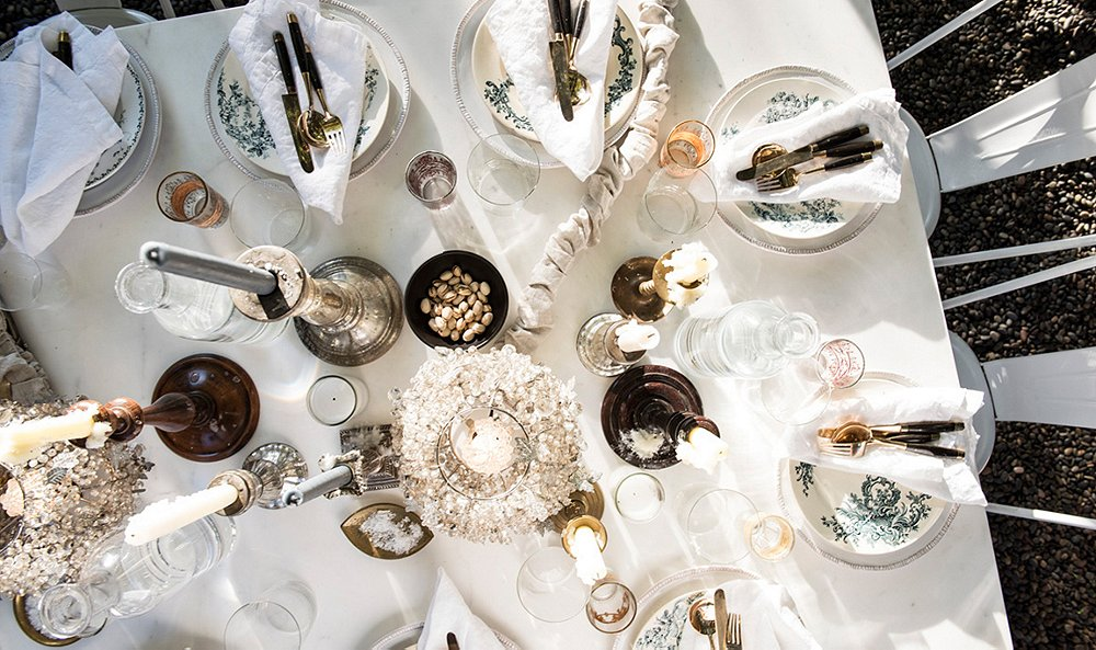 Beautiful white tablescape by Amy Neunsinger
