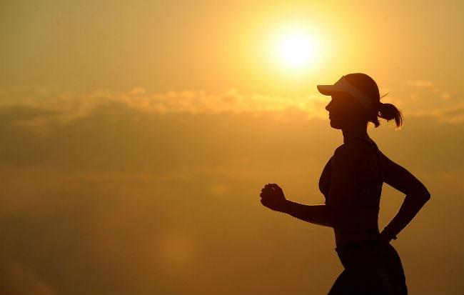 Ragazza che corre al tramonto