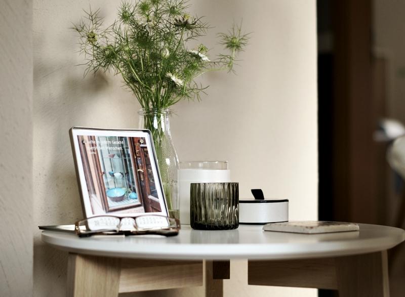 Blog + Fotografie by it's me - Bunt ist die Welt, Windlicht, Kerze und Deko auf einem Retrotisch