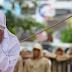 Jovem indonésia leva 23 chibatadas por ser vista próxima ao namorado em público