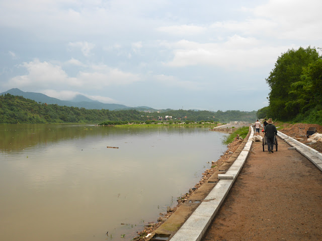 construction of walkway next to the Gong River in Ganxian