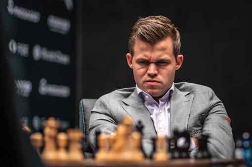 Le visage de Magnus Carlsen face au sacrifice surprise 6.b4!? de Fabiano Caruana sur sa sicilienne Rossolimo fétiche qu'il joue avec les Blancs depuis le début de ce championnat du monde d'échecs à Londres - Photo © site officiel