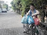 Bergaji 800 Ribu/perbulan, kakek ini sedekah 150 bungkus nasi setiap jum'at