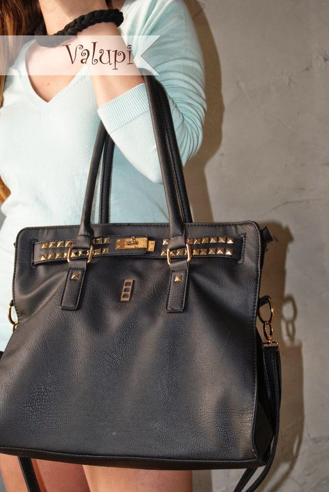 El bolso estilo shopping está en muchos de nuestros outfits porque  realmente es un bolso cómodo y que da un toque de elegancia a cualquier  look. b56f57be23b