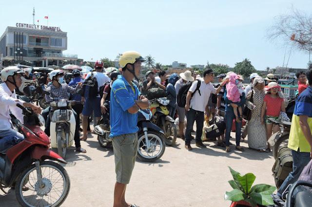 Hàng trăm hành khách mắc kẹt tại đảo Lý Sơn do biển động dữ dội