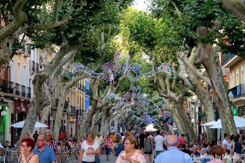 Tourism in Dénia スペインのデニアでお散歩する人で賑わうマルケルデカンポ通り