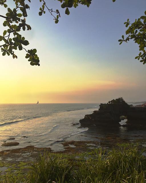 Tanah Lot, Spot Keren Untuk Melihat Sunset di Bali