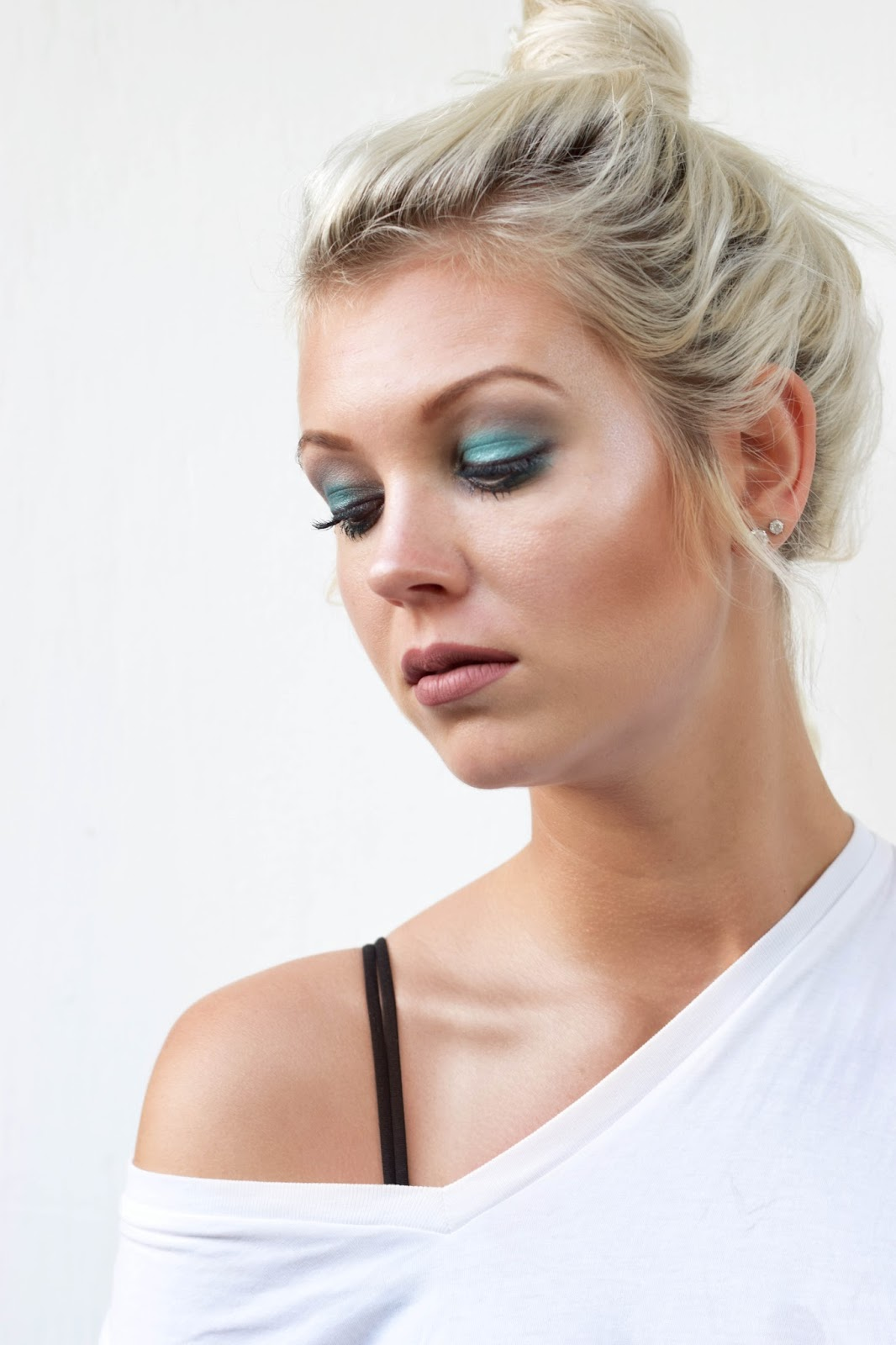 Shimmery green makeup look